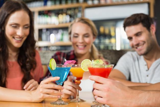 Amis portant des cocktails