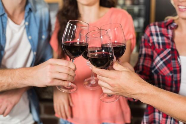 Amis portant un toast au vin