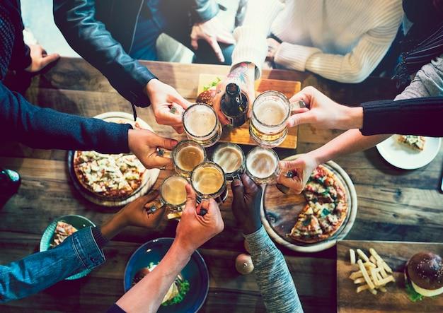 Amis portant un toast à la bière artisanale