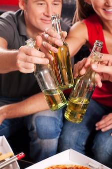 Amis portant un toast à la bière
