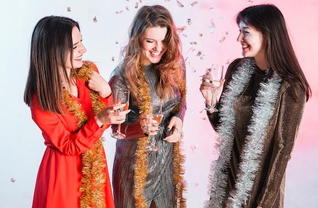 Amis portant un toast à une fête du nouvel an