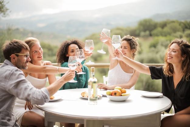 Amis portant un toast un jour d'été