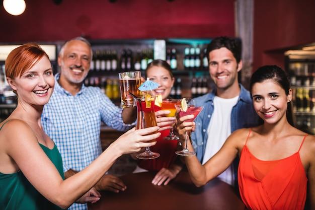 Amis portant un verre à boire dans une discothèque