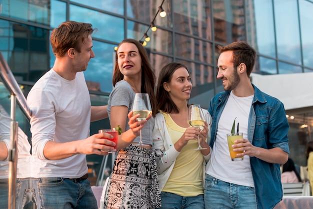 Amis posant avec des boissons
