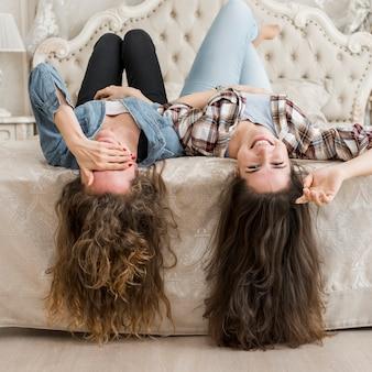 Amis posant sur le lit