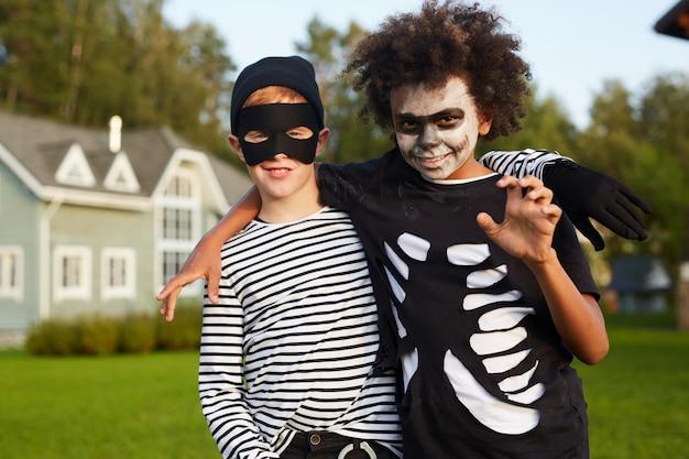 Amis posant pour halloween