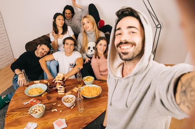 Amis posant pour selfie