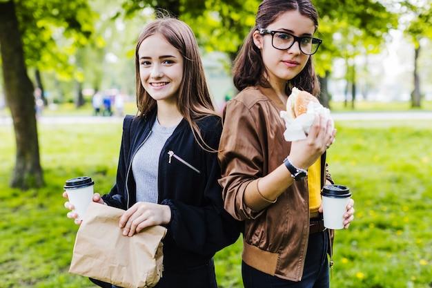 Les amis posent avec leur déjeuner