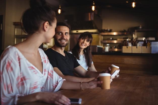 Amis prenant un café au restaurant