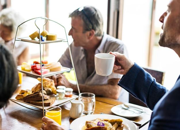 Amis prenant leur petit déjeuner dans un hôtel