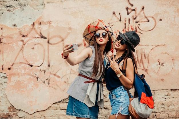 Amis prenant des photos