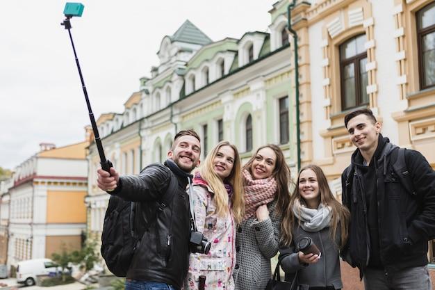 Amis prenant selfie avec bâton