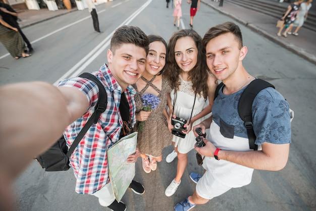 Amis prenant selfie dans la rue