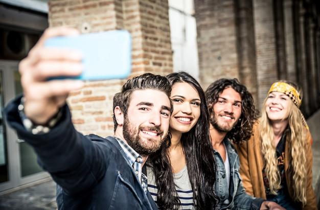 Amis prenant selfie dans la ville