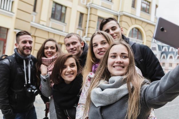 Amis prenant selfie sur la rue de la ville