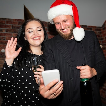 Amis prenant un selfie le soir du nouvel an