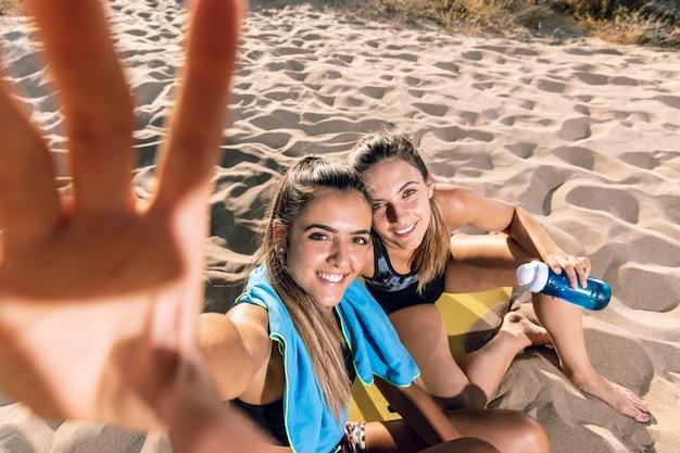 Amis prenant un selfie sur un tapis de fitness