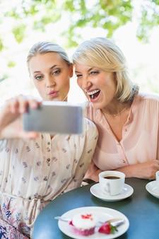 Amis prenant un selfie sur téléphone mobile