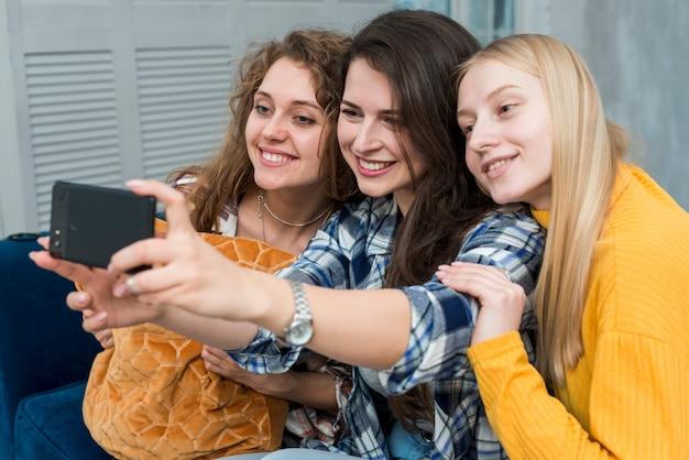 Amis prenant un selfie