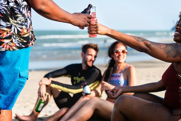 Amis prenant un verre à la plage
