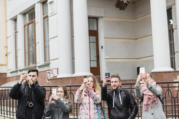 Amis, prendre des photos dans la rue