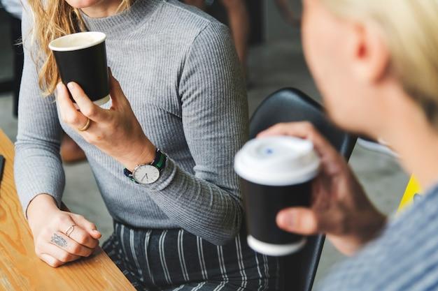 Amis profitant d'un café chaud ensemble