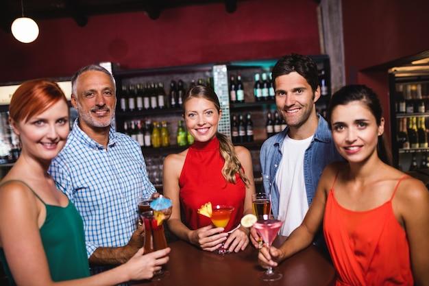Amis profitant d'un cocktail en boîte de nuit