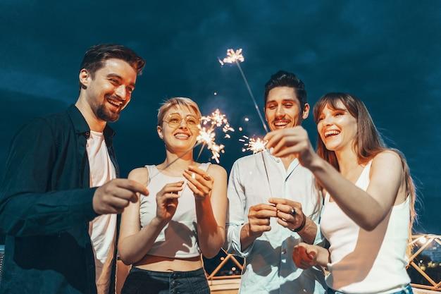 Amis profitant d'une fête sur le toit