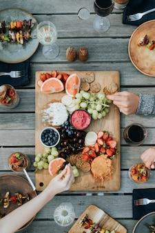 Amis profitant d'un plateau de fruits