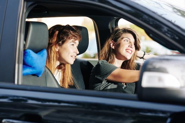 Amis profitant d'une promenade en voiture