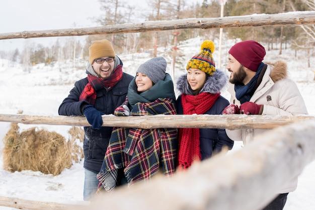 Amis profitant des vacances d'hiver