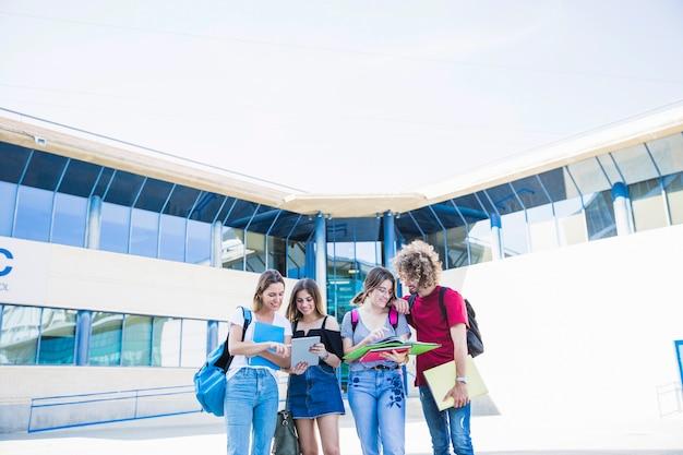 Amis qui étudient près du bâtiment de l'université