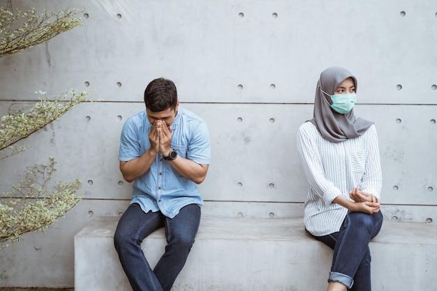 Des amis qui gardent la distance lorsqu'ils sont malades