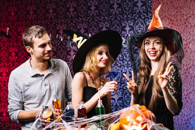 Amis qui sortent de la fête d'halloween