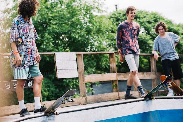 Amis sur la rampe avec des planches à roulettes