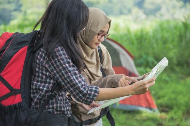 Amis, randonnée, extérieur, été, activité, utilisation, carte