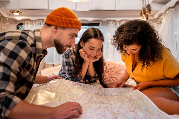 Amis à la recherche sur une carte