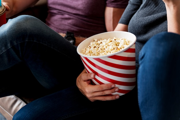 Amis regardant un film ensemble