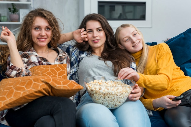 Amis en regardant un film en mangeant du pop-corn