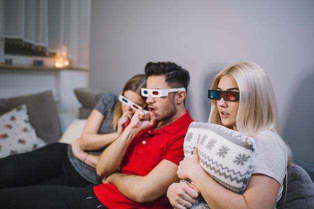 Des amis regardent un film palpitant