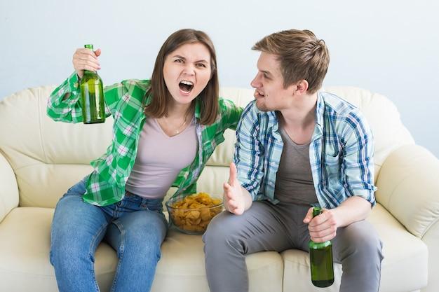 Des amis regardent le sport à la télévision ensemble