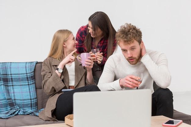 Amis, regarder, ordinateur portable, déjeuner