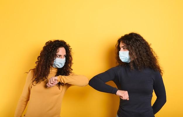 Les amis restent à l'écart pour éviter le contact et la contagion du virus