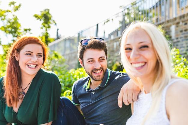 Amis riant et s'amusant ensemble au parc