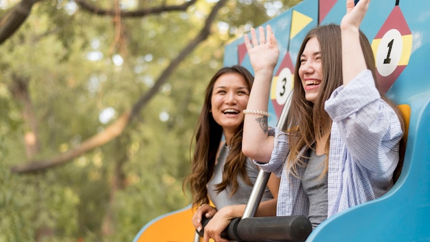 Amis s'amusant au parc d'attractions