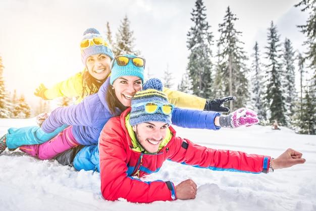 Amis s'amusant dans la neige