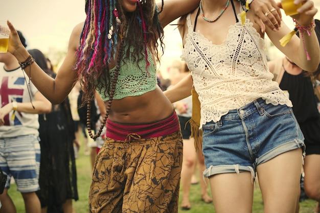Amis s'amusant à un festival de musique