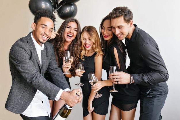 Amis s'amusant à la fête