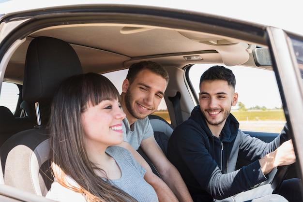 Amis s'amusant à l'intérieur de la voiture