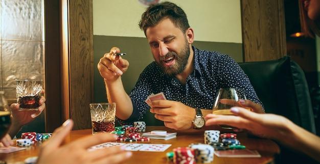 Amis s'amusant en jouant au jeu de société.